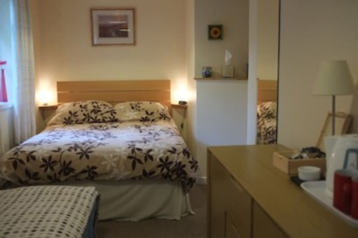 North Devon B&B. Comfortable, quiet Double room with en-suite shower room.