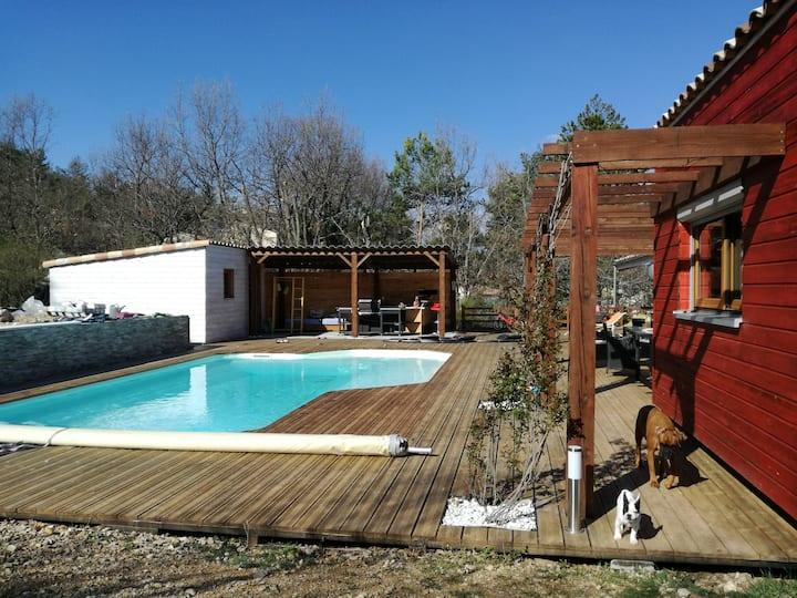 Villa de plain-pied, piscine et parking privé