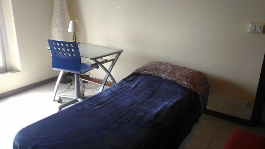 camera singola e spaziosa con divano