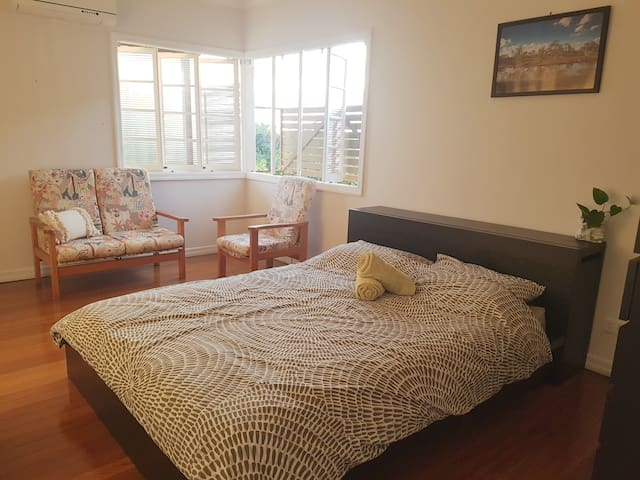 Spacious room in Vegan home, near public transport