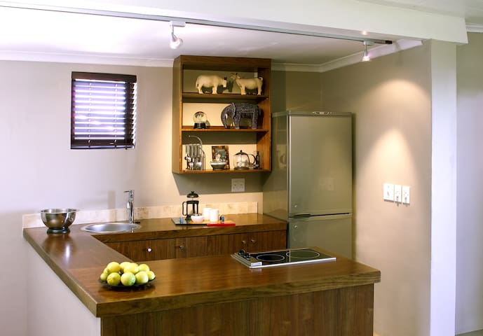 The kitchen is equipped with a fridge, oven, hob, microwave, toaster and kitchenware.
