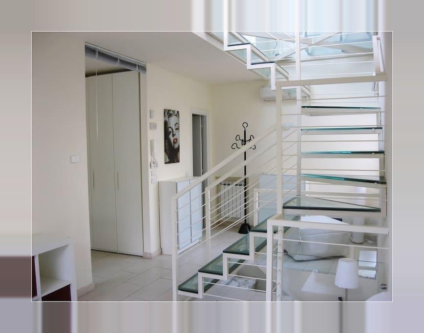 Casa su 2 piani con entrata indipendente for Piani casa 2 letti