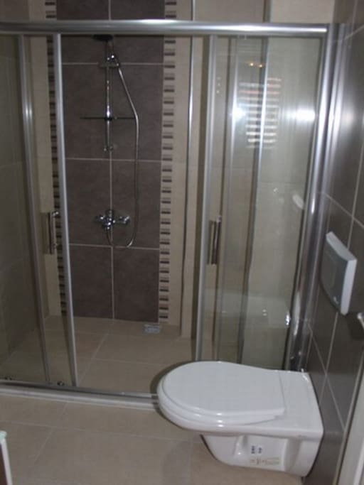Det er dusj & wc på begge badene.