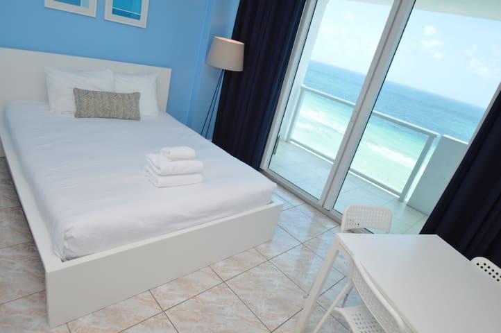 Balcony & Ocean View, Direct Beach Access &Parking