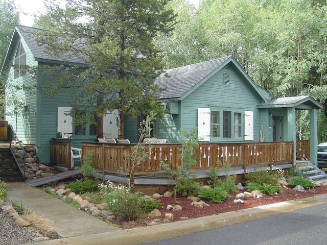 Ranger station cabin cabins for rent in winter park for Winter cabin rentals colorado