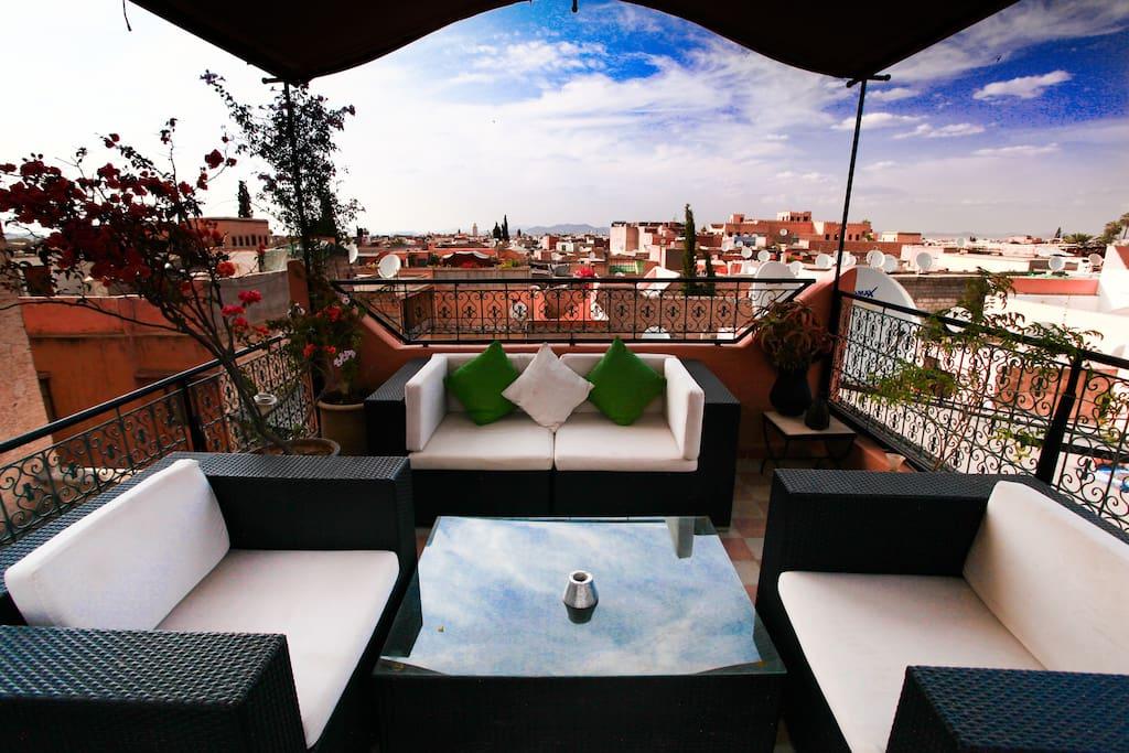 la terrasse ou vous pouvez prendre le soleil  ou simplement vous retrouver entre vous autour d'un petit déjeuner avec une vue sur tous les toîts de marrakech. très belle vue sur le palais bahia, l'atlas, le palais moulay idriss et le musée dar si said