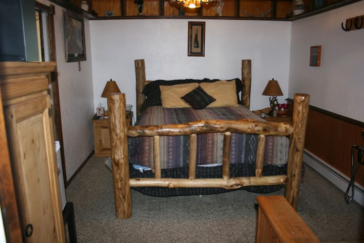 Dreamcatcher B&B Knotty Pine Room