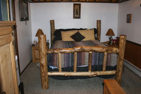 Dreamcatcher B&B Knotty Pine Room - Palisade