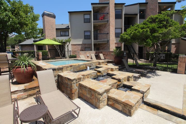 King Bed + Amenities - Dallas - Townhouse