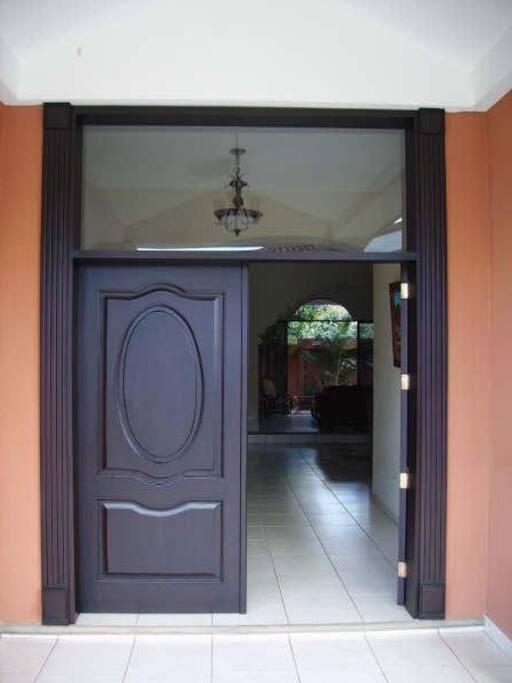 Front Door / Puerta Principal