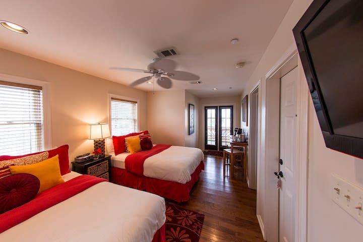 Loretta :Almanett Hotel & bistro overlooking beach