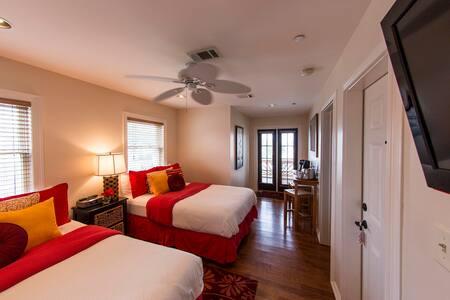 Loretta in Almanett Hotel & bistro - Gulfport - Bed & Breakfast