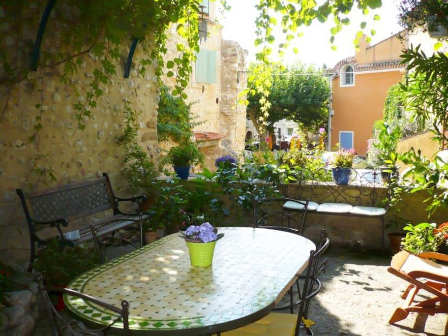 la tonnelle fraîche en été, lieu privilégié pour les petits déjeuners