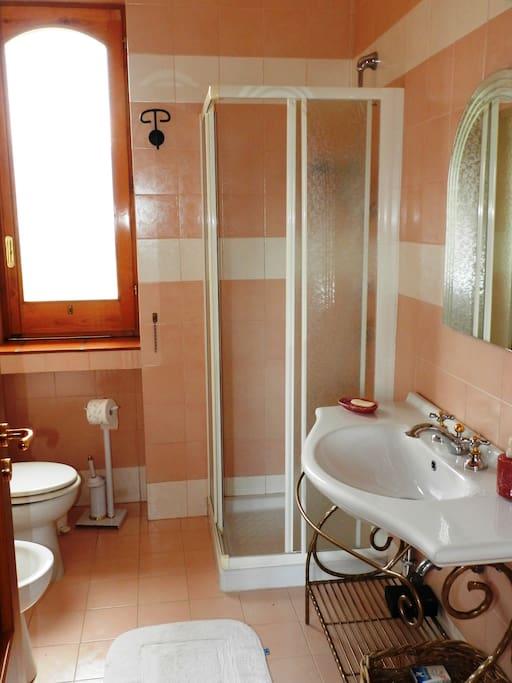 uno dei due bagni a servizio delle camere da letto