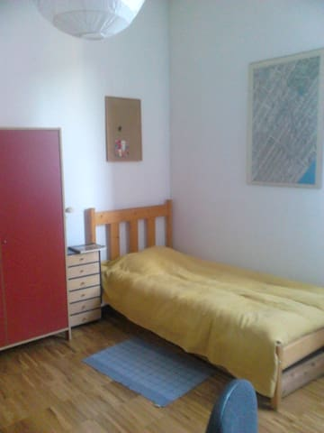Bright, spacious and quiet room, 2 beds, wi-fi - Bergamo - Daire
