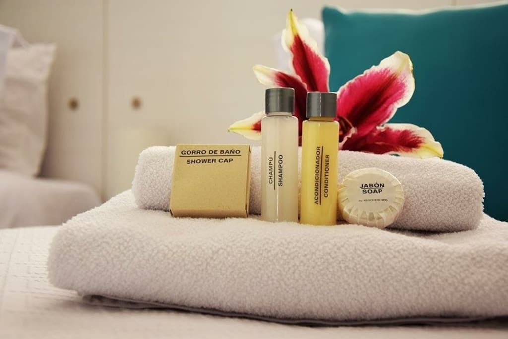 Disponibilidad de gorro de baño, toallas, shampoo y acondicionador,