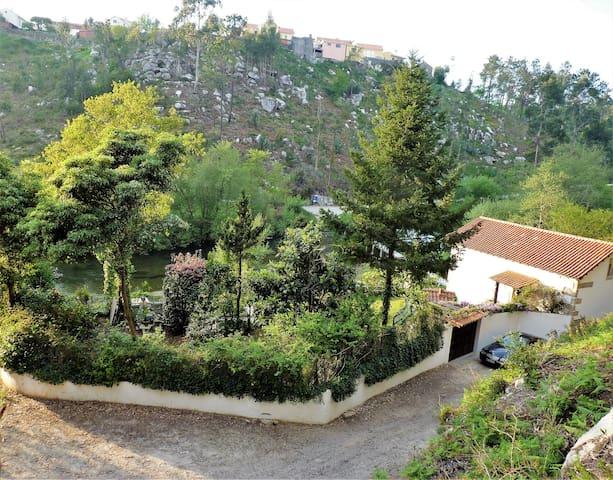 Vista panorâmica da casa e jardim