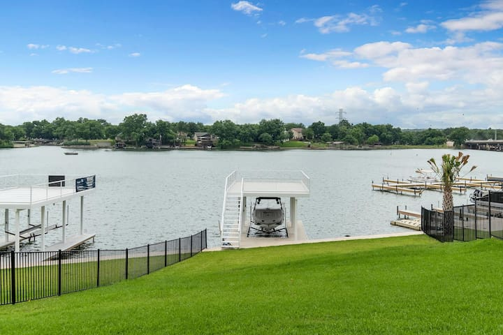 The Boat House - Where Modern Farmhouse meets Lakehouse! HOT TUB! Ask about our winter specials!