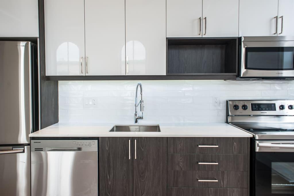 New stainless steel appliances & backsplash