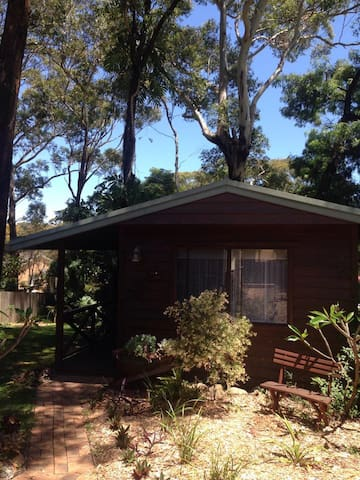 Quiet, shady, private garden cabin. - Bateau Bay