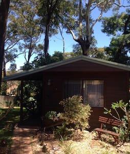 Quiet, shady, private garden cabin. - Bateau Bay - Kabin