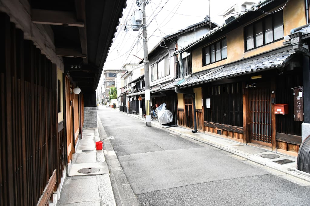 The house is located in Kyoto's historic Nishijin area. 「西陣織」で知られる「西陣」にあります。