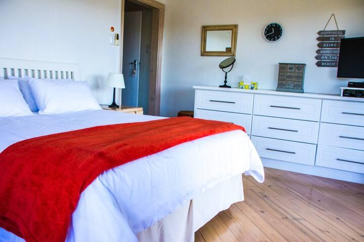 Main Bedroom, Queen Bed, Ensuite