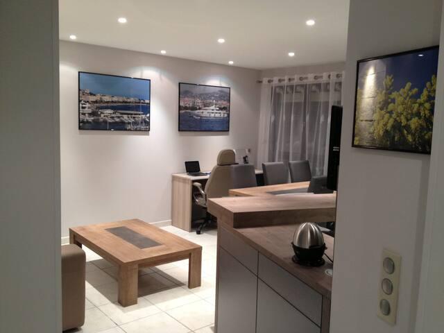Salon avec table basse et grande TV pour un plus de confort