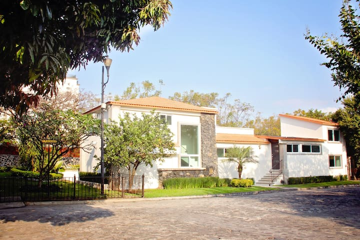 Gran casa en Hacienda Cocoyoc con alberca y jardin