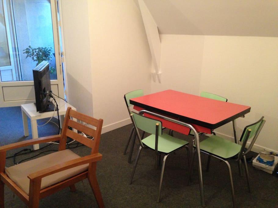 Grande table pouvant accueillir 6 personnes.