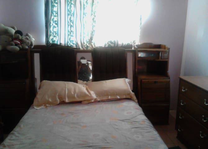Comfortable Bedroom in a very secure complex - Harare - Casa