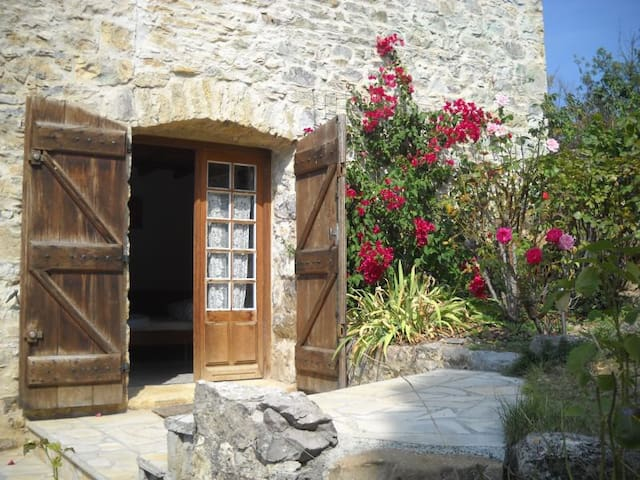 cute Studio, big heated pool, romantic grounds - Roquetaillade - Flat