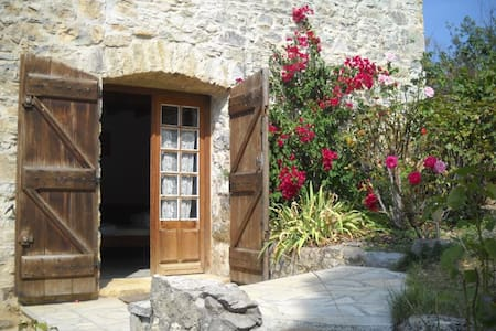 cute Studio, big heated pool, romantic grounds - Roquetaillade - Appartement