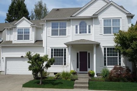 Large private bedroom and two shared bathrooms - Tigard