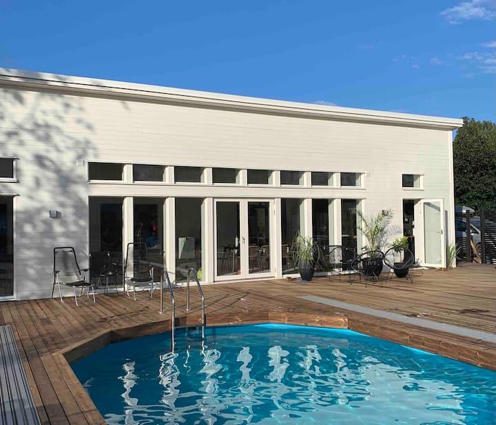 Hus med pool, badtunna och 450 m till havet