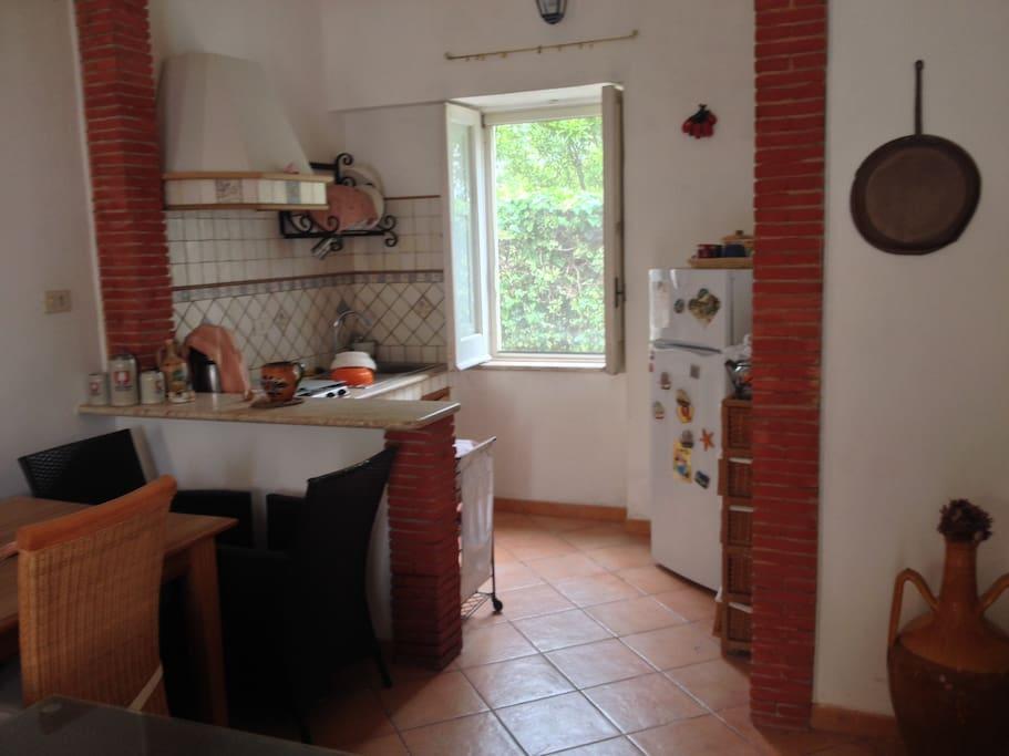 Sala principale e cucina con forno