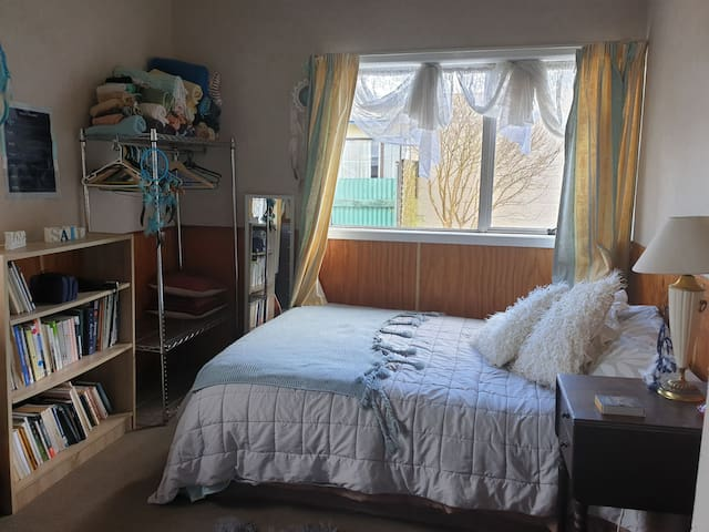 Nice cosy room & home, handy to town, beach, river