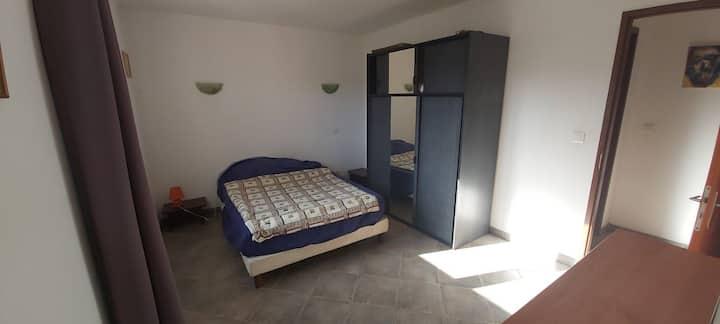 chambre dans haut de villa a deux pas des plage.