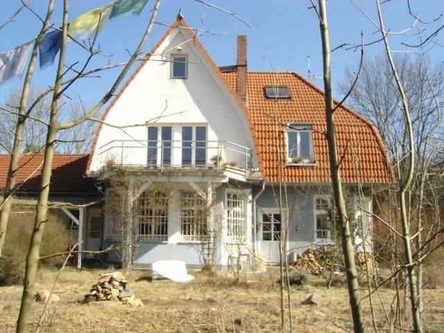 der alte bahnhof und im ersten stock liegt die große ferienwohnung...