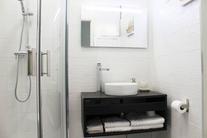 Salle de bain Minuty: Douche d'angle, vasque et toilette suspendus. Sache-serviette et sèche-cheveux