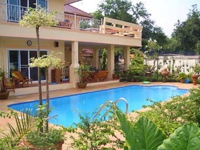 Beautiful home with swimming pool - Ang Sila