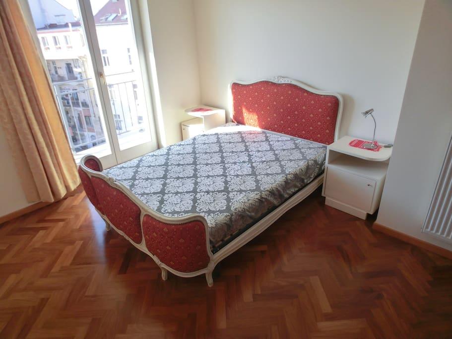 Ložnice s balkonem do vnitrobloku