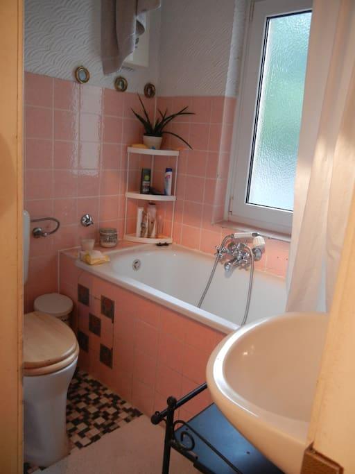 Kleines Bad mit Dusch-Badewanne