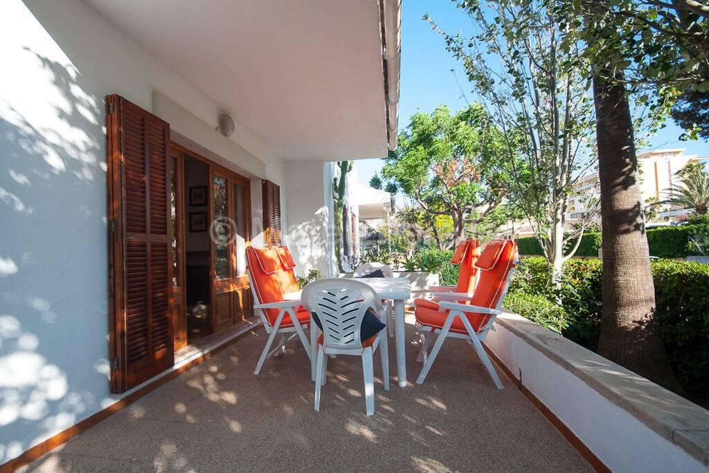 terraza com mesa y sillas