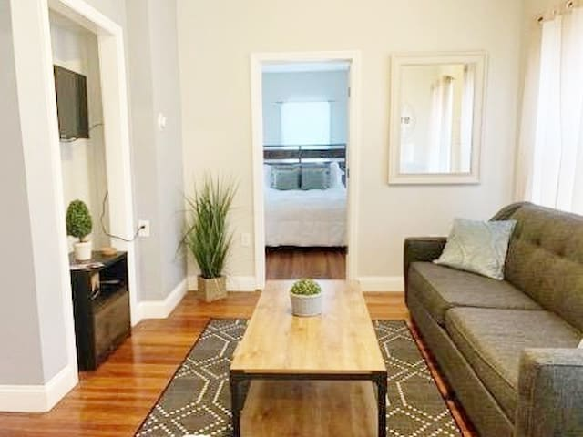 MODERN CONDO/SLEEPS 6 TO 8/GREAT LOCATION #1