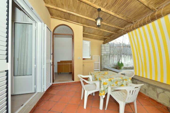 Graziosa casa con terrazzo coperto