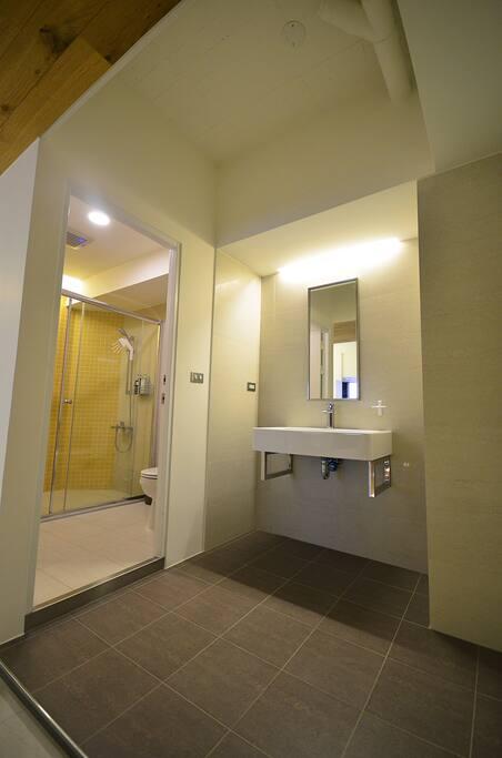 房內共用衛浴