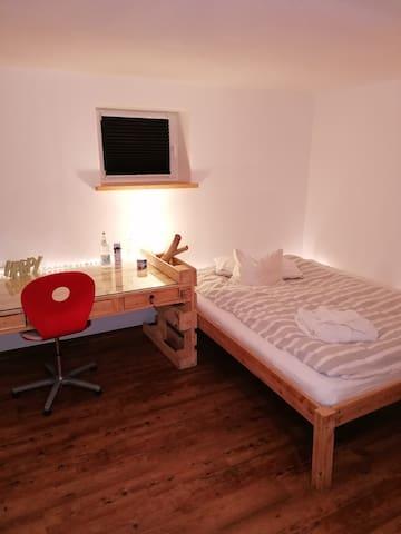 Das Bett ist 1,60x2,00m breit, bei Bedarf ein weitere Person findet auch auf dem Sofa Platz