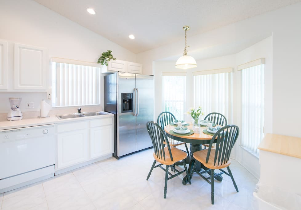 Large, modern fully equipped kitchen with breakfast nook