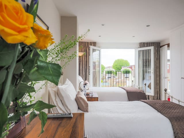 West London: Renovated twin bedroom with en-suite.